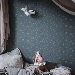Tapeta Bianca z kolekcji Kubel Kids z fantazyjnymi wzorami w delikatnych barwach, które powstały we współpracy ze szwedzką fotografką i stylistką Anną Kubel. Fot.  Sandberg