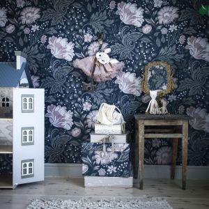 Tapeta Ava z kolekcji Kubel Kids z fantazyjnymi wzorami w delikatnych barwach, które powstały we współpracy ze szwedzką fotografką i stylistką Anną Kubel. Fot.  Sandberg