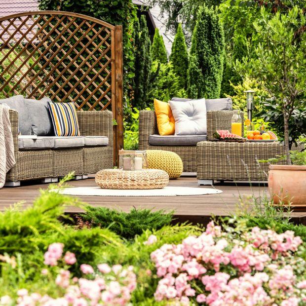 Wiosna w ogrodzie. Drewniane meble i taras jak nowe