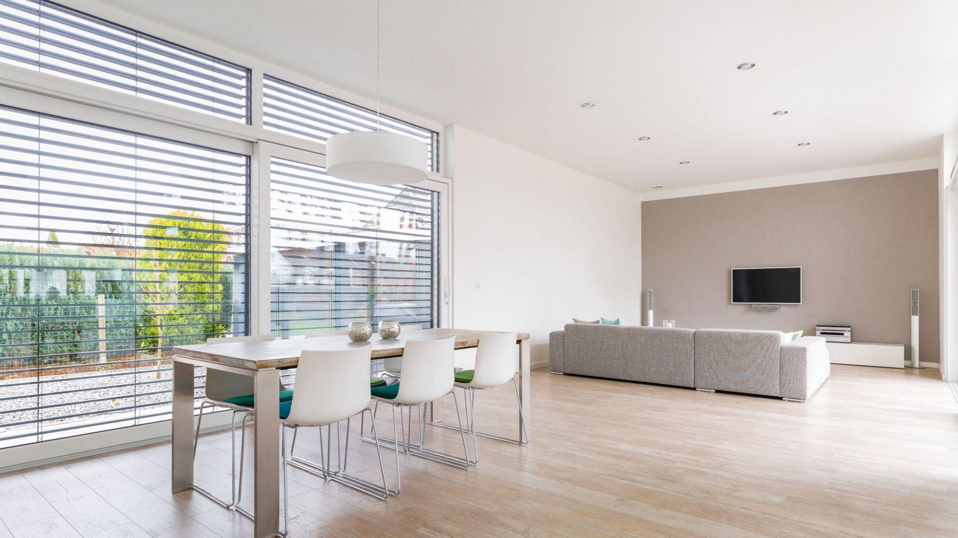 Aluminiowe żaluzje fasadowe mSun+ pozwolą na ochronę zarówno przed zbytnim nasłonecznieniem latem, jak i niepotrzebną ucieczkę ciepła zimą. Fot. MS więcej niż OKNA