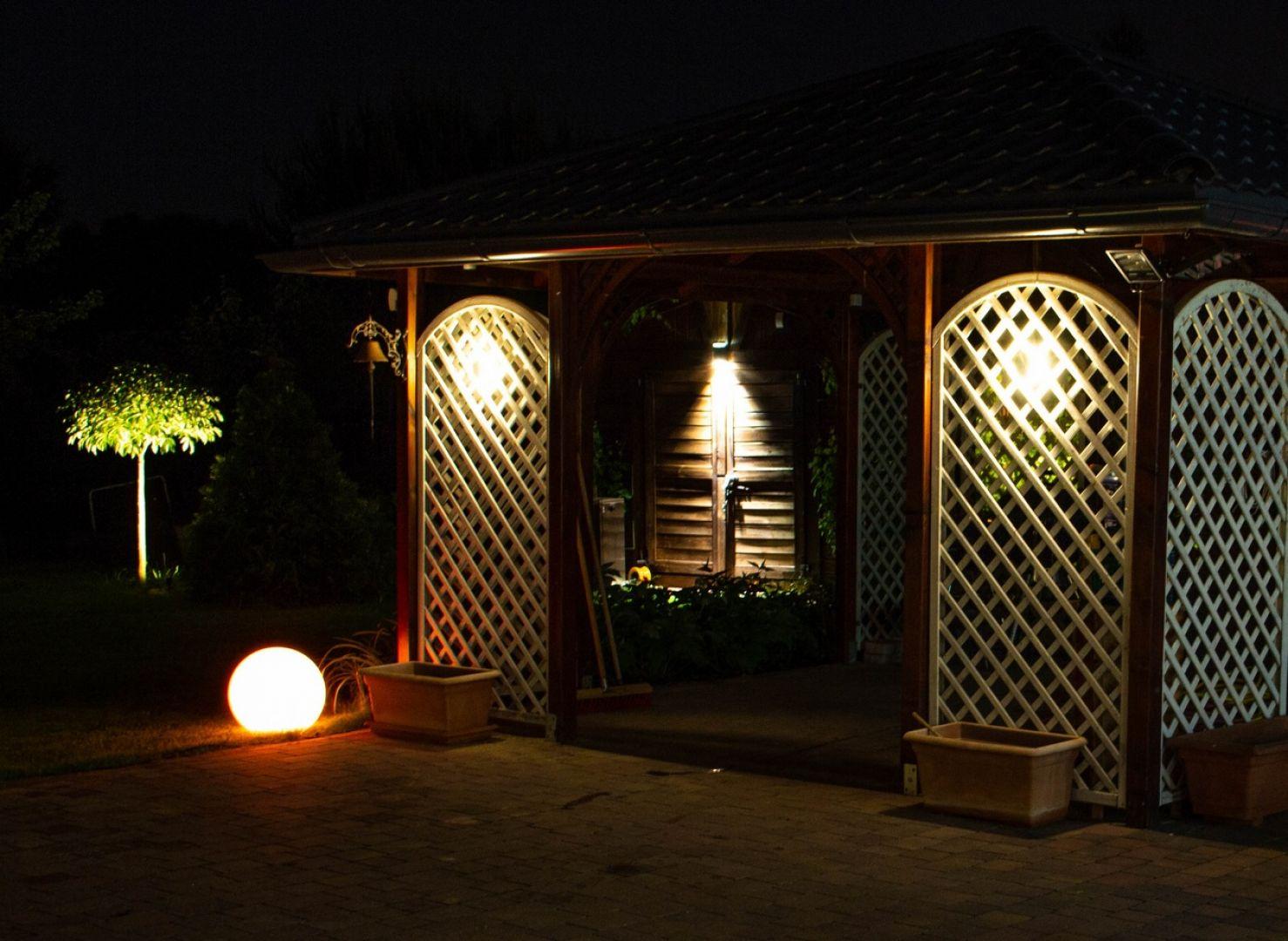 Oświetlenie w ogrodzie - wybieramy akcesoria. Fot. Libet