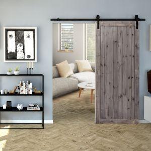 Drzwi Radex Loft I w wersji przesuwnej pozwalają na oddzielenie wybranej strefy; z litego i klejonego drewna sosnowego. Fot. 4iQ