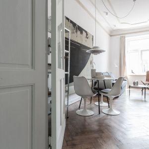 Architekci starali się odzyskać jak najwięcej oryginalnych elementów, drewnianych podłóg, sufitów, klamek, drzwi... Wszystko to co było  zaprojektowane często 100 lat temu, nadal ma niesamowitą wartość estetyczną. Fot. Scandilove