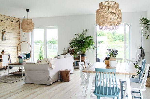Pokój dzienny w domu za miastem - piękne, jasne wnętrze