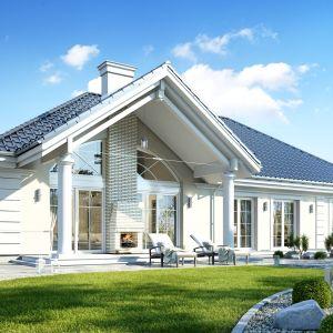 Projekt jest przeznaczony dla 4-5-osobowej rodziny. Dom jest parterowy, zbudowany na planie litery T, przykryty czterospadowym dachem, z dobudówkami nad garażem i sypialniami. Architektura budynku jest nowoczesna, a zarazem powściągliwa w formie i logiczna. Dom Willa parterowa 2. Projekt: arch Michał Gąsiorowski. Fot. MG Projekt