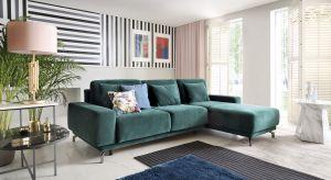 Aksamitnie gładkie, miękkie, wprost idealne do weekendowego leniuchowania – welwetowe sofy stały się ulubieńcami projektantów wnętrz. Ubrane w taką tkaninę meble stają się wyjątkowo wytworne, cudownie ocieplając i nadając przestrzeni przyt