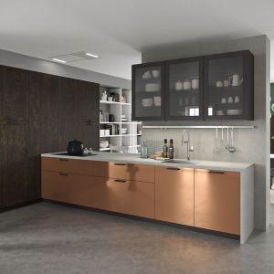 Kuchnia Vita Bella to połączenie zabudowy oraz tradycyjnej w modnym kolorze, którą zwieńczono betonowym blatem. Fot. Aran Cucine