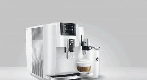 Biel w kuchni zawsze się sprawdza. Jest uniwersalna, modna i pasuje do każdego stylu wnętrza. Podobnie jak białe ekspresy do kawy, które doskonale zaprezentują się na kuchennych blacie.