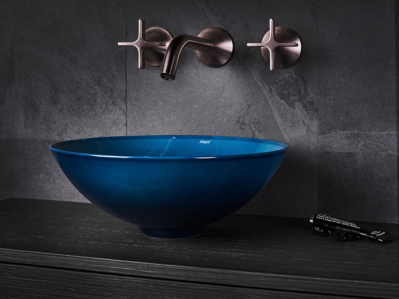 Okrągłe umywalki ze szkliwionej stali z kolekcji Aqua dostępne są w trzech odcieniach: indyga, granatu lub ciemnej zieleni. Fot. Alape