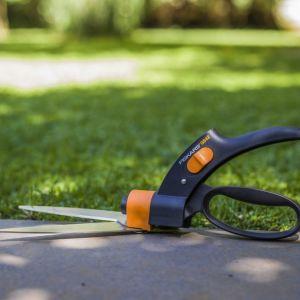 Narzędzia do pielęgnacji trawnika. Fot. Fiskars