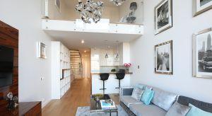 Dwupoziomowy apartament w Warszawie urządzony został w eleganckim, nowoczesnym stylu, muśniętym nutami glamouru i nowojorskiego szyku. Kuchnia stanowi część otwartej strefy dziennej.