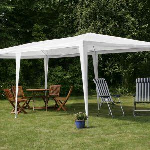 Przyjęcie na świeżym powietrzu. Niezbędne meble i akcesoria. Pawilon ogrodowy 6x3 m. Fot. Jula