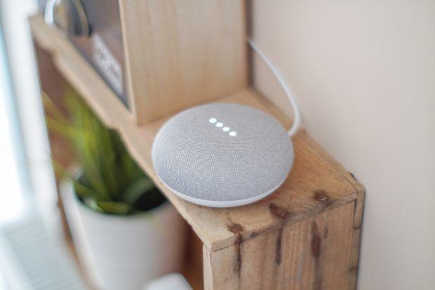 Ostatnie badanie na temat zwyczajów konsumenckich dobitnie pokazuje, że ludzie uwielbiają kupować inteligentne gadżety dla domu, mimo że nie do końca rozumieją w jaki sposób, wspomniane urządzenia działają.
