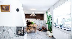 Przebudowie jednorodzinnego domu w Kiekrzu przyświecał cel połączenia odseparowanych pomieszczeń w wielofunkcyjną otwartą przestrzeń.
