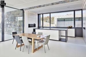 Spójność budynku i niebanalny design został uzyskany m. in. dzięki zastosowaniu tego samego materiału zarówno w konstrukcji budynku, jak i w jego wnętrzach. Projekt: 81.WAW.PL. Fot. Michał Przeździk/Budzik Studio