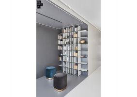 Stawiając na jak najbardziej nowoczesny wygląd wnętrza, architekci zrezygnowali z klasycznych lamp, zastępując je listwami LED, które wpuszczono w posadzki i sufity. Projekt: 81.WAW.PL. Fot. Michał Przeździk/Budzik Studio