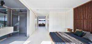Sypialnia właścicieli domu połączona jest z łazienką. Projekt: 81.WAW.PL. Fot. Michał Przeździk/Budzik Studio