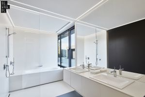 Główna, rodzinna łazienka jest przestronna i niezwykle jasna, nie tylko dzięki panoramicznemu oknu, ale także jasnej kolorystyce wykorzystanej w aranżacji wnętrza. Projekt: 81.WAW.PL. Fot. Michał Przeździk/Budzik Studio