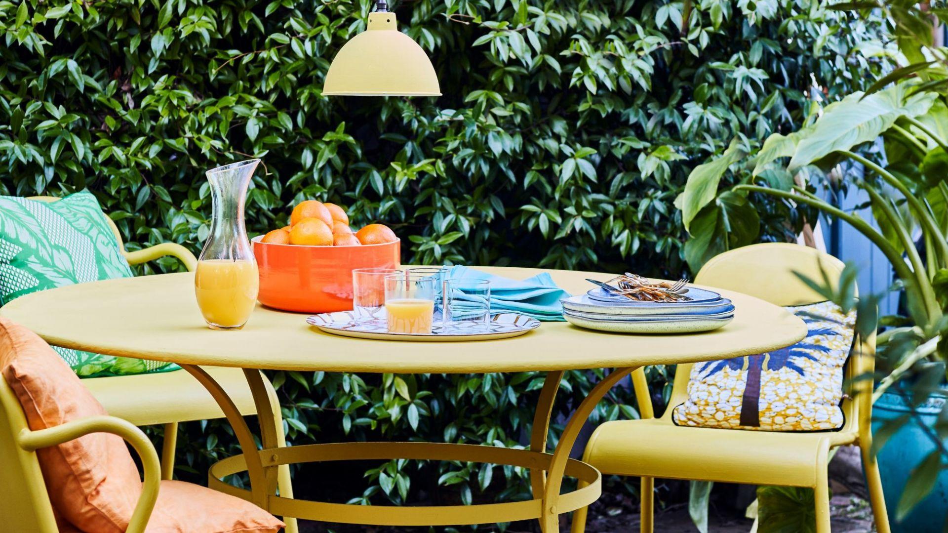 Malujemy meble ogrodowe, okna i drzwi. Wybierz dobrą farbę. Fot. Annie Sloan