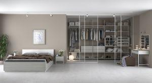 Aby zaaranżować idealną garderobę, wystarczy ci dobry pomysł oraz nieco logistyki. Podczas projektowania czekać cię będzie kilka decyzji do podjęcia – przede wszystkim dotyczących miejsca i materiałów oraz rozmieszczenia poszczególnych elem