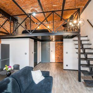 Współczesna wielka trójka w wykańczaniu wnętrz: cegła, beton i drewno. Fot. mat. prasowe RED Development