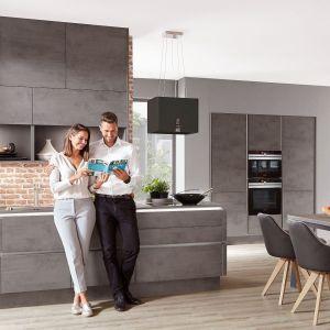 RIVA 889 – zabudowa meblowa wykończona w wysokiej klasy laminatach, które wiernie odwzorowują kolor i fakturę naturalnych materiałów, w tym wzór betonu. Fot. Verle Küchen
