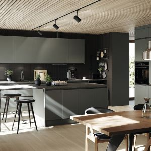 STIL – zabudowa meblowa o prostej, klasycznej formie, której nowoczesny charakter nadaje odnowiony wygląd frontów kuchennych dostępnych w modnej kolorystyce i matowym wykończeniu (na zdj. w kolorze zielonym). Fot. Ballingslöv