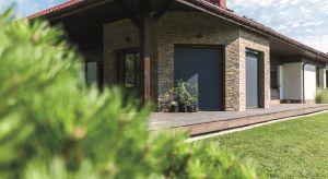 Funkcjonalne osłony okienne zapewniają prywatność, zwiększają komfort użytkowania pomieszczeń wsłoneczne dni, a dodatkowo mogą chronić przed insektami i stanowić izolację termiczną zimą. Nic więc dziwnego, że cieszą się dużą popular