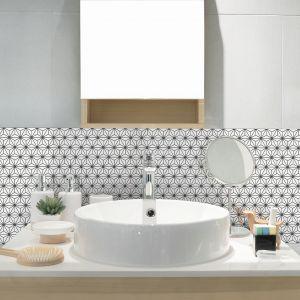 Jednolita biała, kalibrowana mozaika o oryginalnym wzorze z kolekcji Constellation pozwoli wyróżnić wybraną przestrzeń w łazience, dodając jej aranżacyjnego pazura. Dostępna w ofercie firmy Raw Decor. Fot. Raw Decor