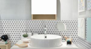 Wmałych łazienkach nie ma miejsca na pomyłki aranżacyjne. Dlatego też tak istotny jest wybór, zestawienie i sposób ułożenia płytek ceramicznych.