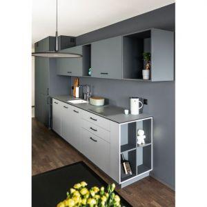 Dzięki pojemnym szafkom w kuchni udało się pochować wszystkie urządzenia i sprzęty, ceramiczny zlew marki Villeroy&Boch został podwieszony pod blat z płyty kompaktowej z charakterystycznym czarnym rdzeniem. Projekt: Kasia Orwat. Fot. Dekorian Home