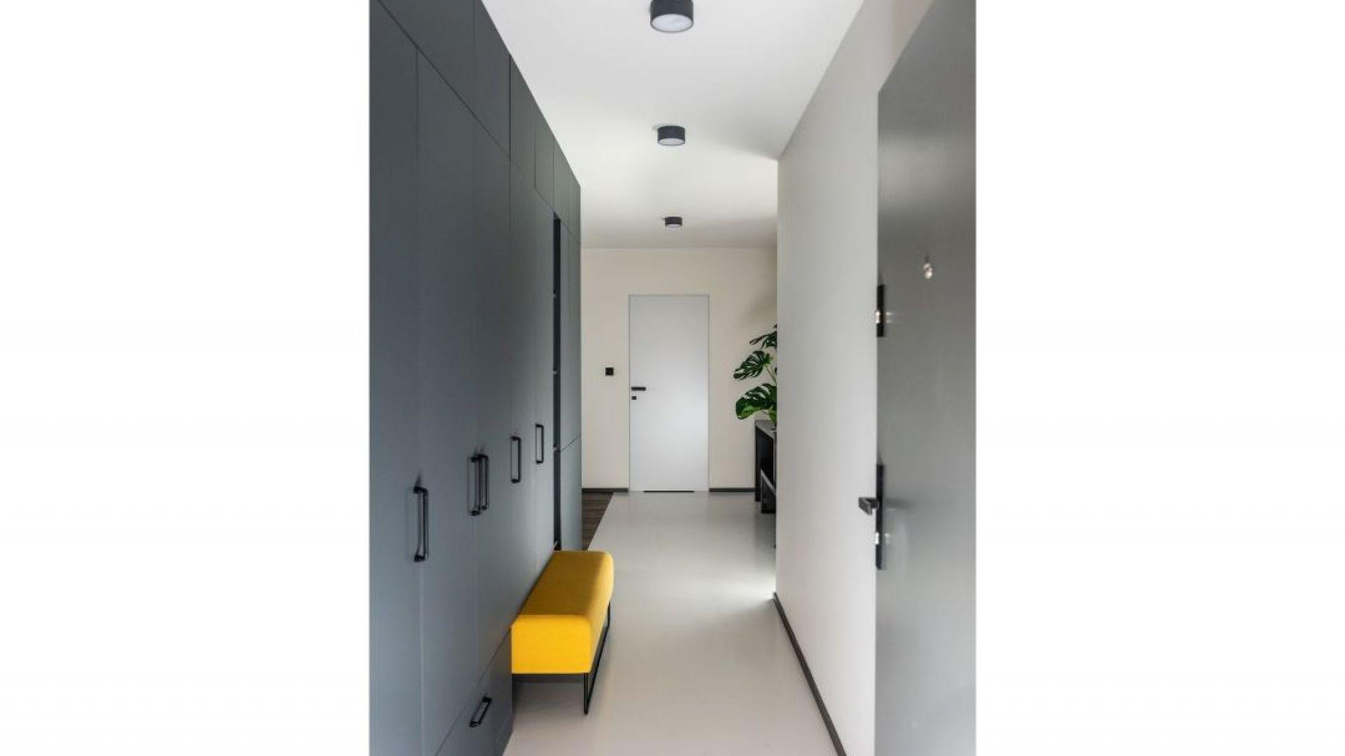 Estetyczne  szafy, proste, z idealnie zlicowanymi drzwiami to przechowalnia na wierzchnie okrycia, ale i resztę nieużywanych na co dzień sprzętów. Projekt: Kasia Orwat. Fot. Dekorian Home