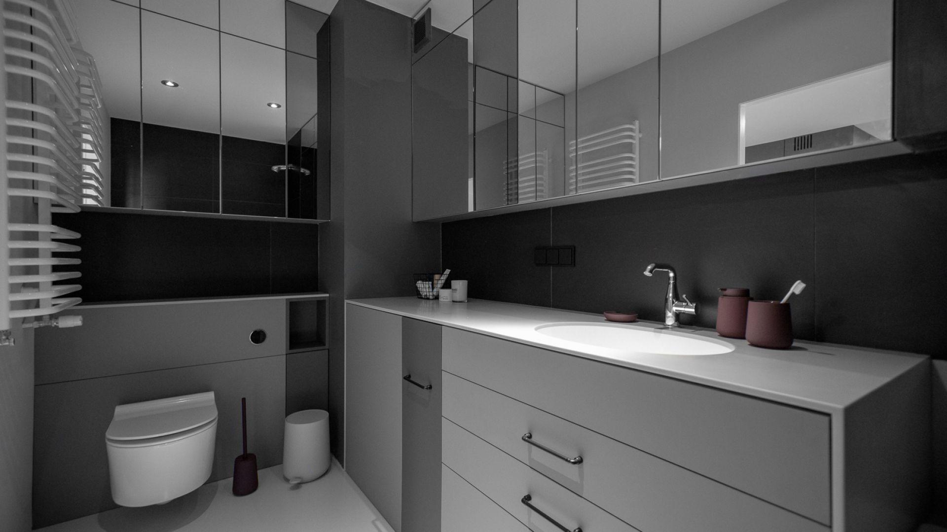 W łazience została zastosowana podobna koncepcja meblowa co w kuchni. Projekt: Kasia Orwat. Fot. Dekorian Home