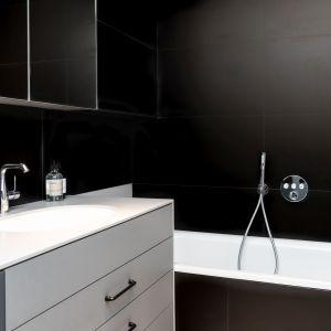 Wanna została nieco wciśnięta w róg łazienki, za to jest duża i może pełnić dodatkową funkcję natrysku przez zastosowanie deszczownicy z przełączaniem na słuchawkę. Projekt: Kasia Orwat. Fot. Dekorian Home
