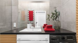 Niewielka łazienka młodego kawalera pomimo ograniczeń przestrzennych i budżetowych jest zarówno funkcjonalna, jak i nietuzinkowa. Znalazły się w niej bowiem nie tylko praktyczne sprzęty, ale i oryginalne rozwiązania aranżacyjne.