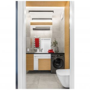 Drewniane lamelki wkraczają również w poziomą powierzchnię sufitu, nadając łazience oryginalny charakter. Projekt: Joanna Rej. Stylizacja: Pion Poziom-Fotografia Wnętrze. Fot. Pion Poziom-Fotografia Wnętrze.