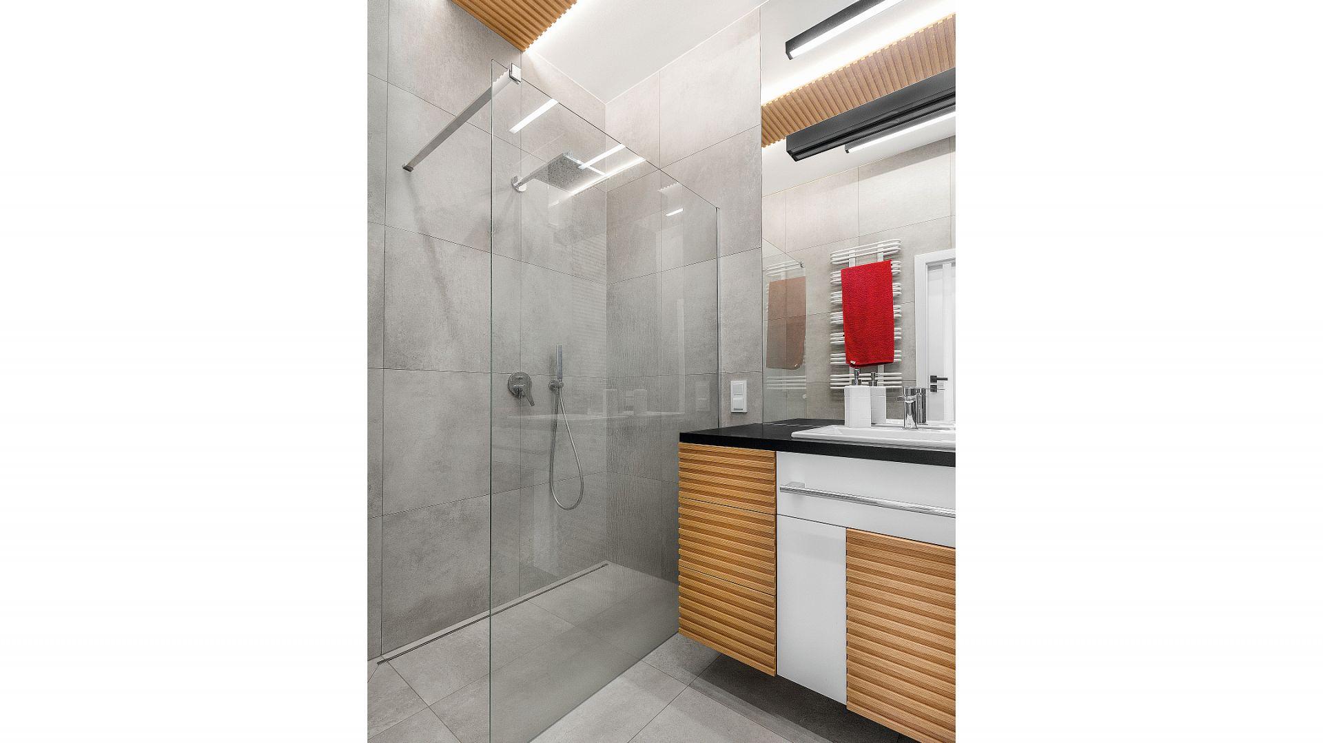 Energiczny prysznic zapewnia kabina typu walk-in oraz nowoczesna armatura z komfortową deszczownią marki Tres. Projekt: Joanna Rej. Stylizacja: Pion Poziom-Fotografia Wnętrze. Fot. Pion Poziom-Fotografia Wnętrze.
