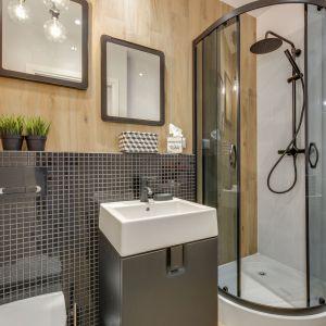Wyposażenie łazienki w modnym wykończeniu czarny mat konsekwentnie buduje loftowy klimat wnętrza. Projekt: Małgorzata Mataniak-Pakuła. Fot. Radosław Sobik