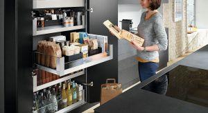 Mała przestrzeń nie powinna ograniczać. Dobrze dobrane wyposażenie szafek zrobi wystarczająco dużo miejsca do przechowywania. Wzorowa organizacja dodatkowo zapewni porządek na co dzień.