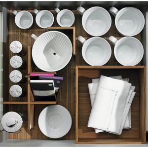 Orgastore – zestawy porządkujące wnętrze szuflad pozwalają dowolnie regulować ich podział. Wygodne systemy przegródek, regulowane separatory czy praktyczne słupki umożliwiają samodzielne wprowadzanie niezbędnych zmian. Fot. Hettich