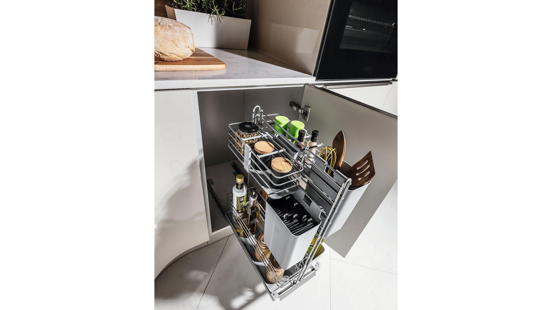 Cooking Agent – system podblatowy oferujący szereg praktycznych koszyków, pojemników i przegródek, które możemy rozmieszczać stosownie do bieżących potrzeb. Może być mocowany do frontu szafki lub do szafki z frontem na zawiasach. Fot. Peka