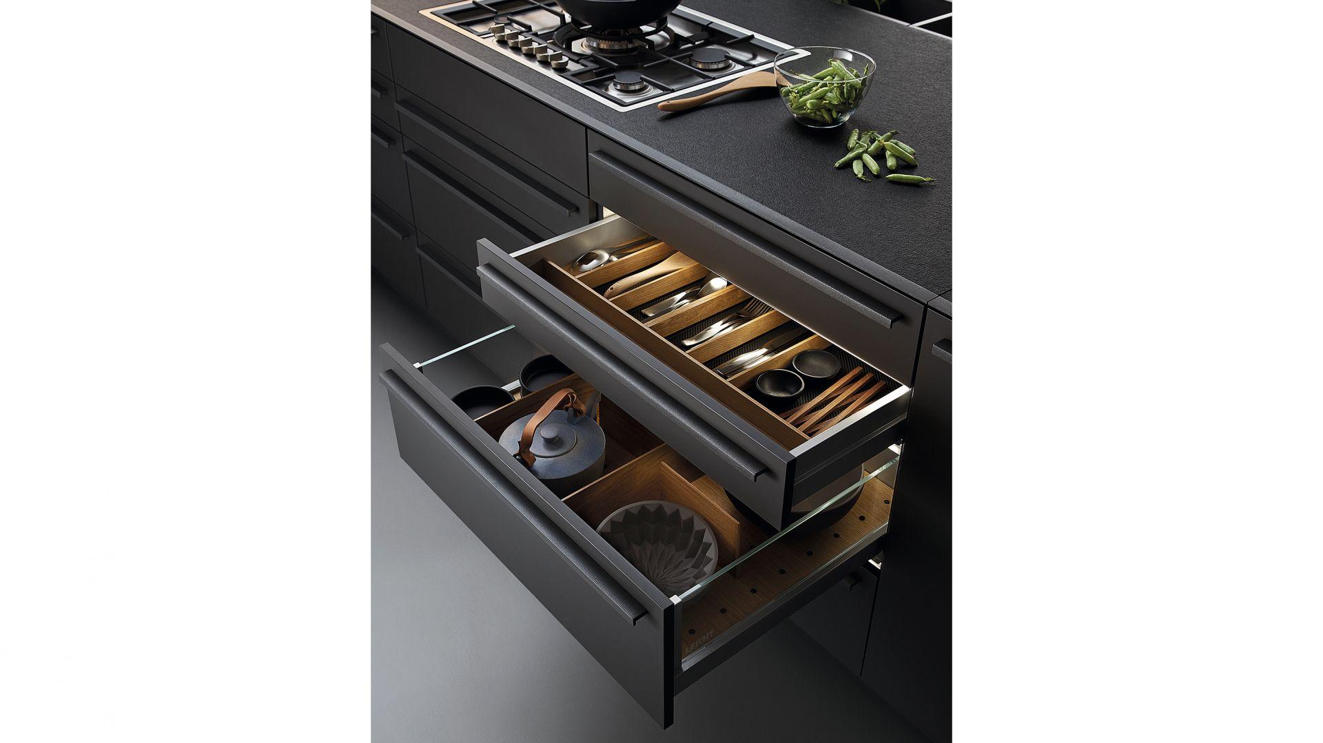 L-Box – wkłady na sztućce wykonane z drewna dębowego mogą być układane według indywidualnych potrzeb. Akcesoria pozostają na miejscu dzięki antypoślizgowej, szarej macie. Fot. Leicht