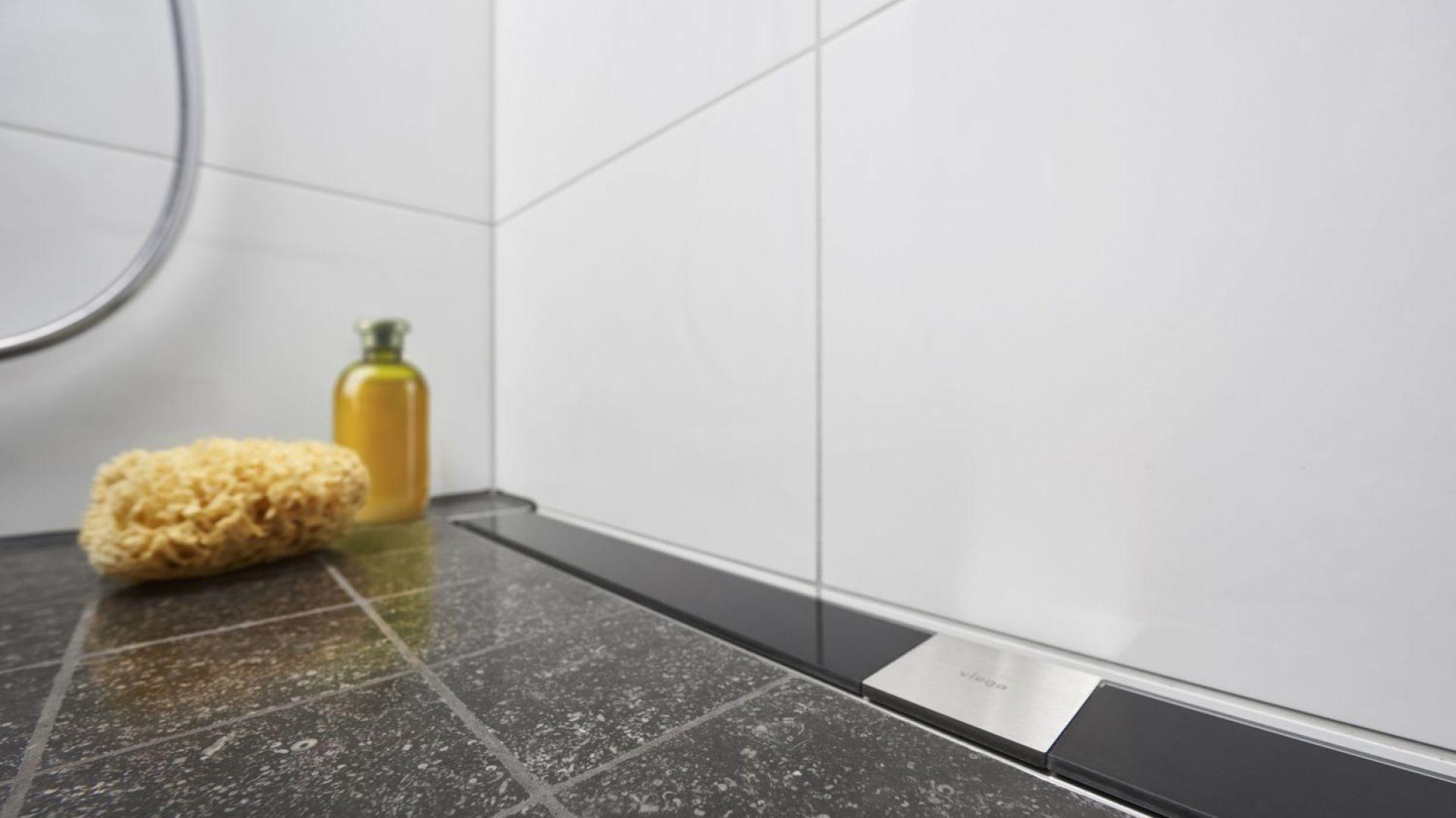 Advantix – odpływ liniowy z rusztem Visign ze szkła bezpiecznego to rozwiązanie do kabin prysznicowych montowanych bezpośrednio na posadzce. Fot. Viega