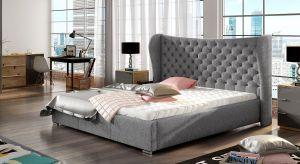 Imponujące wezgłowie i wyrazisty charakter sprawiają, że obok tego modelu łóżka tapicerowanego nie można przejść obojętnie.