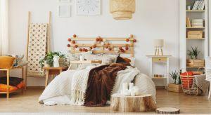 Moda na to, co naturalne i proste już od kilku sezonów podbija świat aranżacji wnętrz. W klimat ten idealnie wpasowuje się drewno – materiał, którego największą ozdobę stanowią niedoskonałości. Jak je estetycznie podkreślać, jednocześni