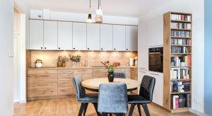 Zabudowa meblowa z dominacją dekorów drewna nabierze bardziej wyrazistego charakteru, jeżeli zostanie ożywiona kolorem. Dwukolorowe aranżacje kuchenne to efektowny trik, który nie tylko dynamizuje przestrzeń, ale podnosi walory wizualne wnętrza.