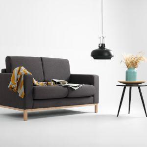 Dwuosobowa sofa Scandic o klasycznej, prostej formie; z funkcją spania. Fot. Le Pukka