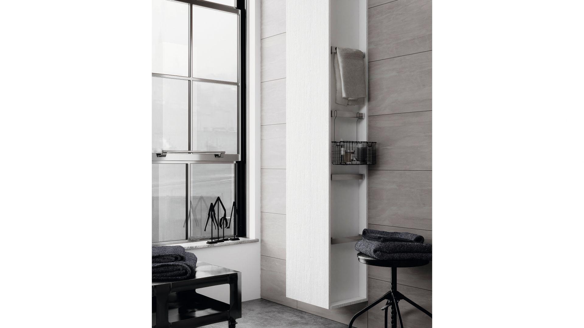 Słupek City – słupek łazienkowy z regulowanymi półkami, ułatwiającymi przechowywanie kosmetyków i środków czystości. Z praktycznym relingiem, który może posłużyć jako dodatkowy wieszak oraz z systemem soft close. Fot. Cersanit
