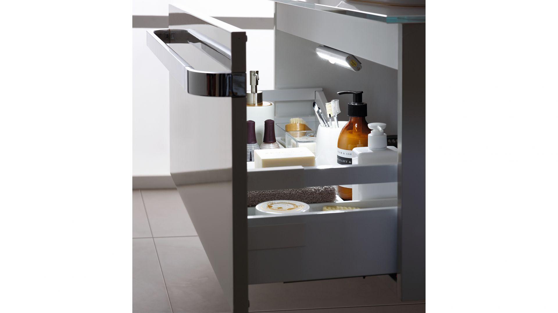 Tonic II – szafkę podumywalkową 60 cm wyposażono w oświetlenie szuflady z czujnikiem otwarcia. Fot. Ideal Standard
