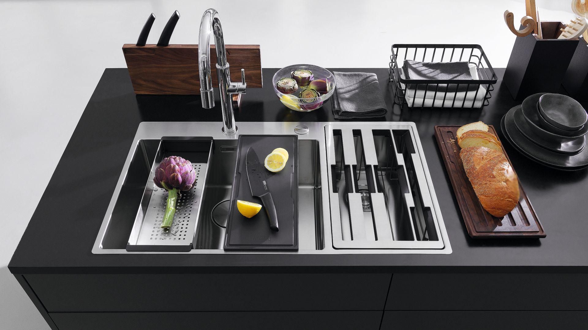 Center Box – łączy w jedną całość zlewozmywak i miejsce do przechowywania akcesoriów. W eleganckim przyborniku mieści się: zestaw trzech noży kuchennych, dwie deski do krojenia oraz wkładka ociekowa ze stali szlachetnej. Fot. Franke